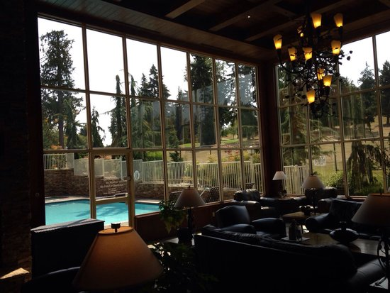 Olympic Lodge: Great Lobby: lots of light by day, cozy with fireplace and with view of the illuminated pool by