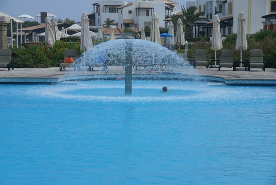 Aldemar Knossos Royal : Fountain in the shared pool