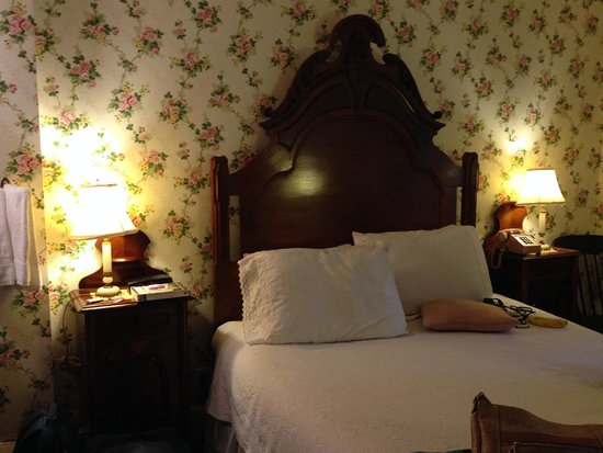 Martine Inn: antique bed