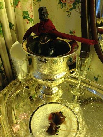 Martine Inn : Champagne & chocolate strawberries