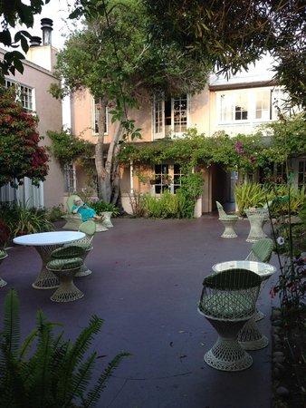 Martine Inn: garden patio