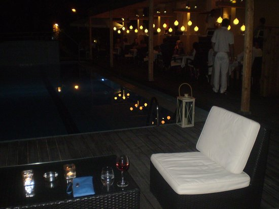 Agrilia Hotel: Evening by the pool and restaurant