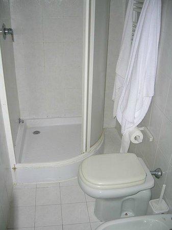 Marco Polo: El baño bien equipado, limpio y con detalles como el seca toallas y secador de pelo.