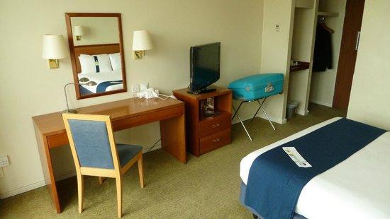Holiday Inn Southampton: Schreibtisch mit TV