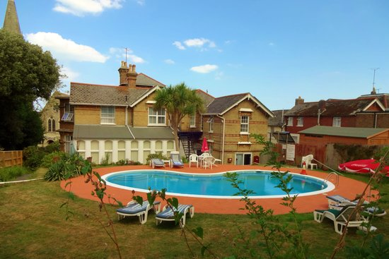 The Belmont Hotel & Restaurant: Pool and garden