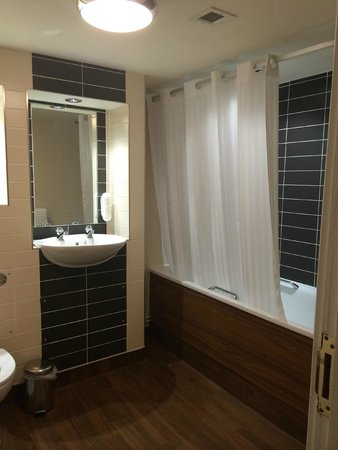 Globe Hotel : Recently renovated bathroom