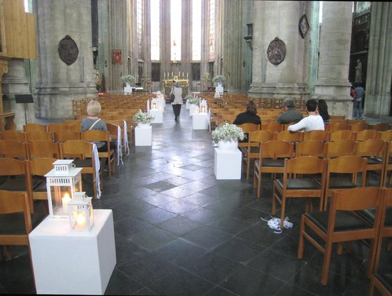 Notre Dame du Sablon : Towards the altar