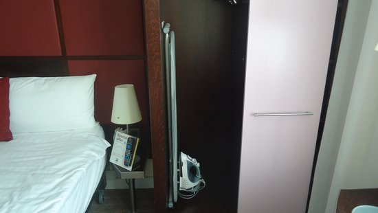 Ibis Styles London Southwark Rose: The wardrobe with safe