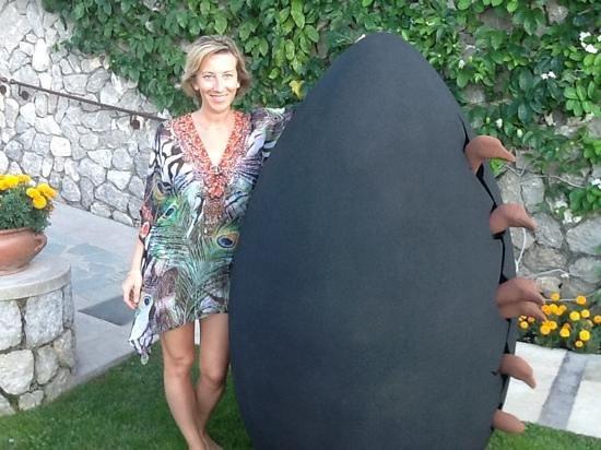 Villa Marina Capri Hotel & Spa: accanto ad una scultura nel giardino