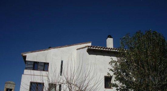 apartamentos rurales la fonda: Side view of hotel