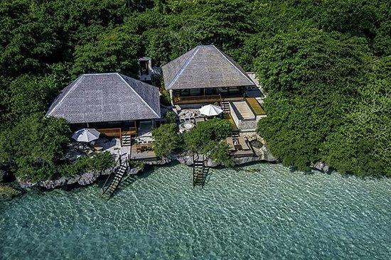 Wakatobi Dive Resort : Villas 3 and 4 on the north side of Wakatobi's beach.