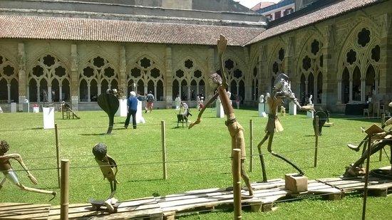 Cathedrale Sainte-Marie de Bayonne: Jardín del claustro con exposición