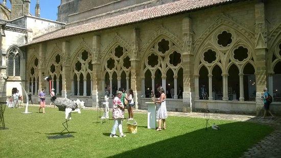Cathedrale Sainte-Marie de Bayonne: Exposición esculturas en el claustro