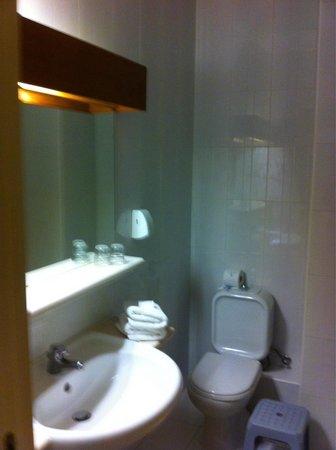 Topaz Hotel: Bagno stanza