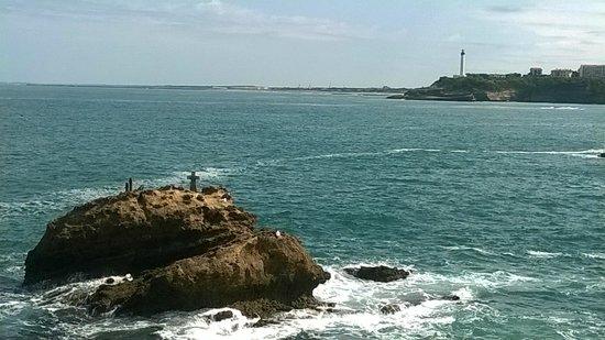 Rocher de la Vierge: El faro de Biarritz al norte desde la Roca de la Virgen