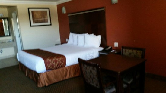 Rodeway Inn & Suites: King size bed. Non-smoking.