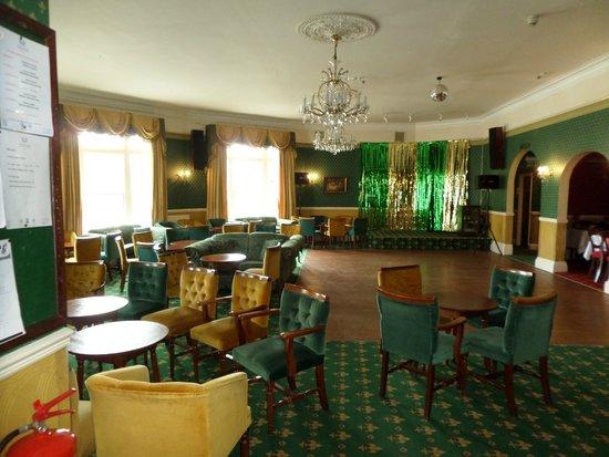 Devon Bay Hotel: entertainment area