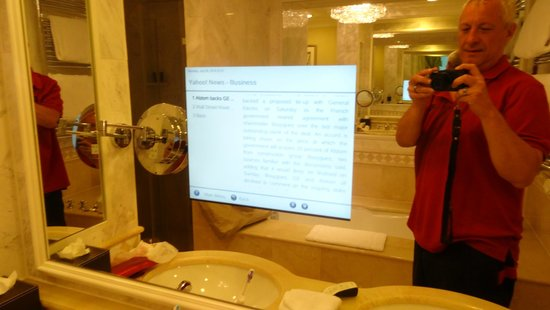 Falkensteiner Schlosshotel Velden: TV and internet in bathroom mirror