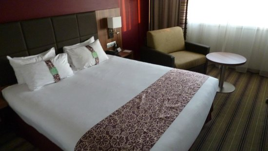 Holiday Inn Lille Ouest Englos : Doppelbett und Sessel