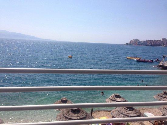 Hotel Jaroal: Blick vob der Veranda auf Korfu und die Stadt
