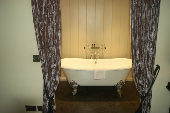 The White Swan Hotel: View into bathroom, room 112