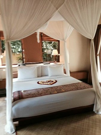 Komaneka at Monkey Forest: Enchanting bed & linens!