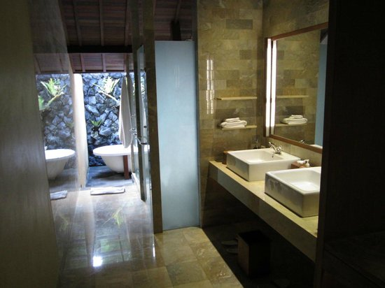 Komaneka at Monkey Forest: Stunning bath/shower/amenities!