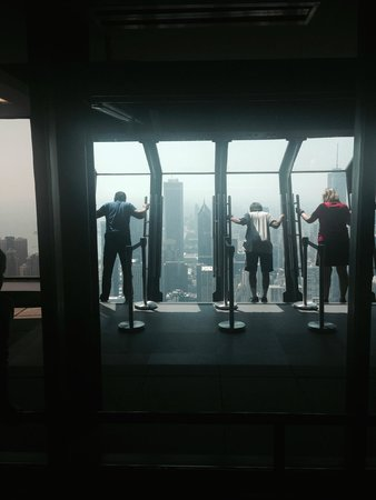 John Hancock Center/Aussichtsetage: View of people doing Tilt!