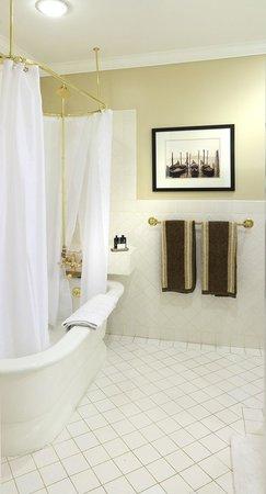 Lilac Inn: Moosalamoo Room Skirt Tub & Shower
