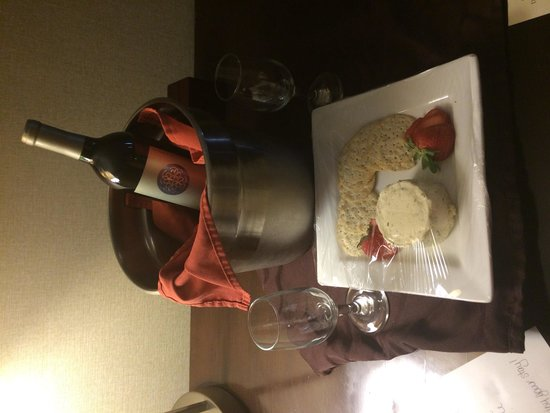 DoubleTree by Hilton Hotel Baltimore - BWI Airport: Wine and cheese delish!!