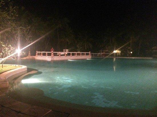 Taj Exotica Resort & Spa Goa: Main Pool at night