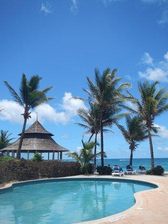 Coconut Bay Beach Resort & Spa: Harmony (adults) Pool & Beach View