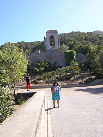 Wrigley Memorial & Botanic Garden : Walk up the Hill