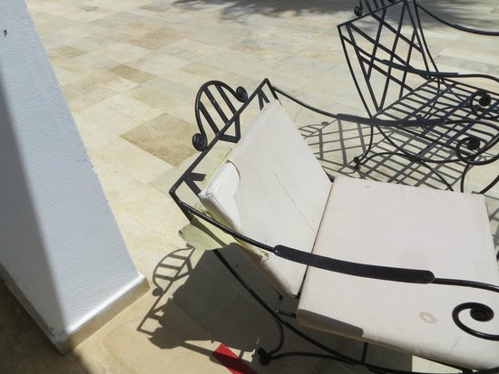 Thalassa Sousse Resort & Aquapark: You will be lucky to find a chair with a seat pad, those that do are torn and dirty