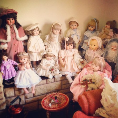 Elvington Guest house: Lovely doll collection corner!