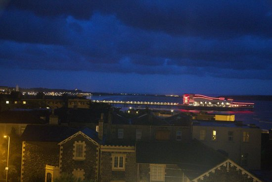 Queenswood Hotel : View of the Pier from room 2 at night