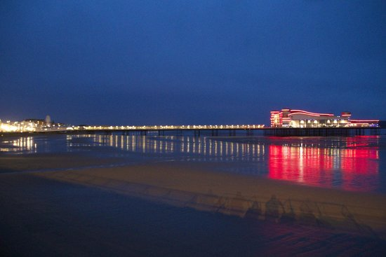 Queenswood Hotel : The pier at night