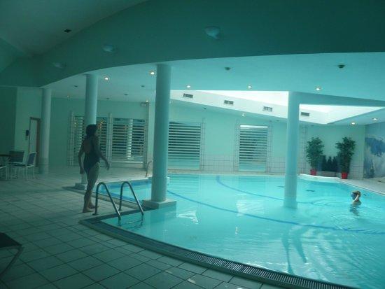 Les Balcons Du Savoy: Indendørs pool