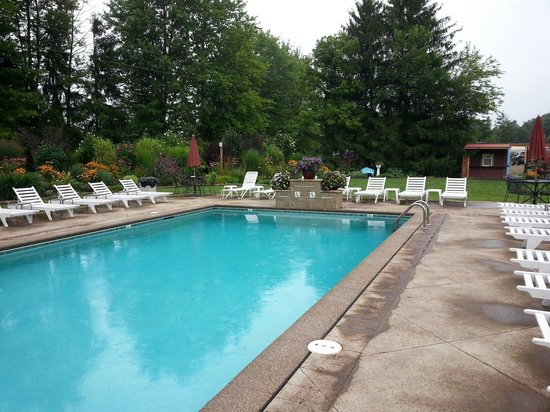 New London, OH: Pool area
