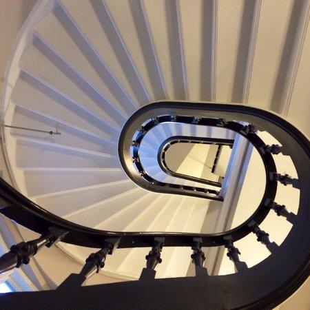 Saga Hotel Oslo: Fraai trappenhuis, naast de aanwezige lift! :-)