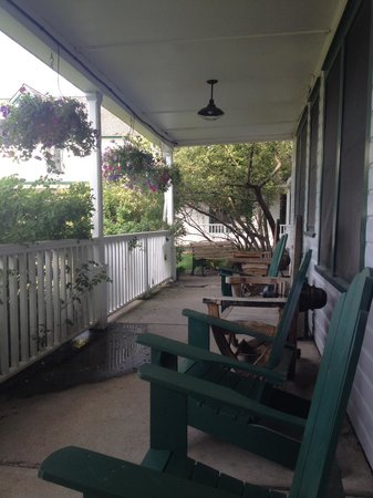 Chico Hot Springs Resort: Side porch off main lobby!