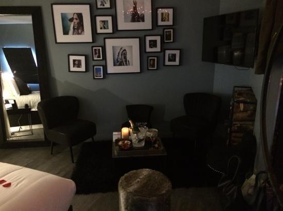 Legend Hotel by Elegancia : coin salon avec champagne et fraises
