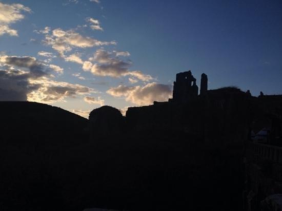Corfe Castle: castle sunset