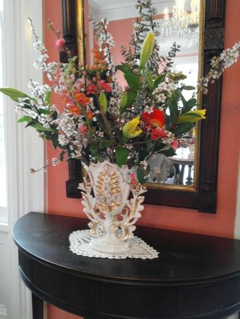 Poplar Grove Plantation: Spring bouquet in the front parlor