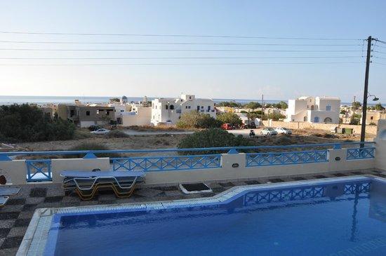 Lucia Villas: Vy över poolen mot stranden