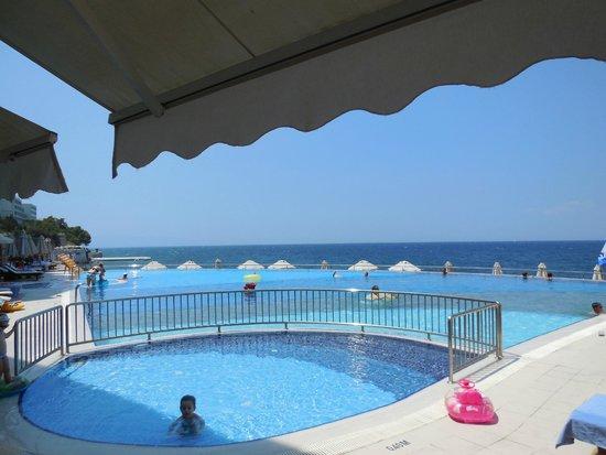 Charisma De Luxe Hotel: piscina