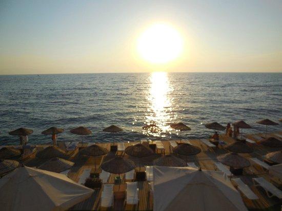 Charisma De Luxe Hotel: piattaforma sul mare al tramonto