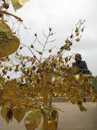 Huay Mongkol Temple: goudkleurige blaadjes die je kunt beschrijven