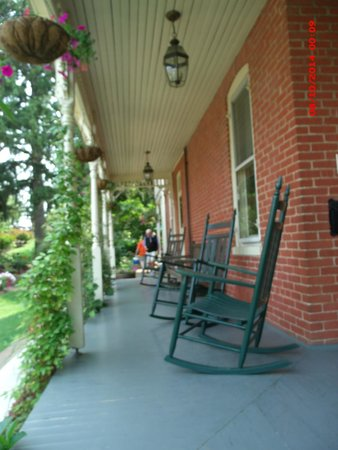 Brickhouse Inn Bed & Breakfast: relaxed during the heat of the day in the porch shade on a rocking chair