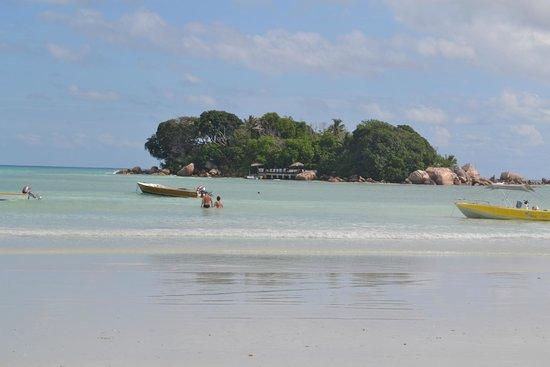 Berjaya Praslin Resort - Seychelles: Playa frente al hotel